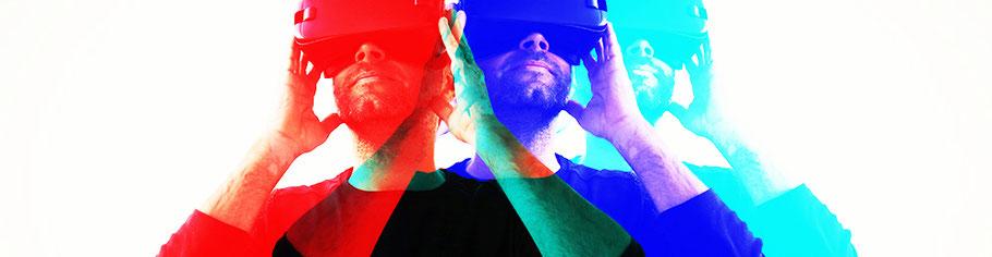 Mann schaut mit VR-Brille in seine erfolgreiche Zukunft. Mit Coaching in die Zukunft, die zu mir passt.