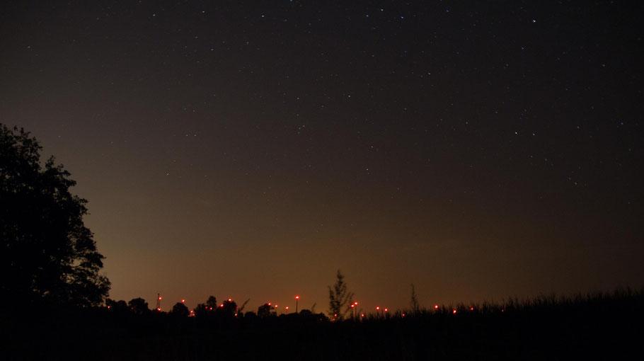 Windpark mit Sternenhimmel