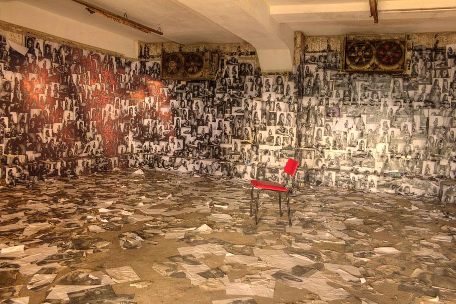 Die Ehemalige Räucherkammer ist komplett mit Fotos verkleidet