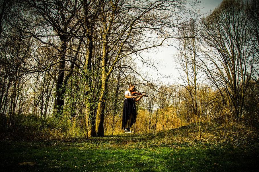 Die schwebende Violinenspielerin