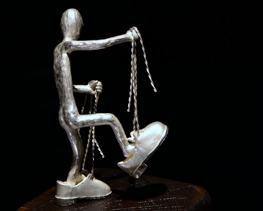 skulptur Too Big av Holger Schulz Småland silver och trä