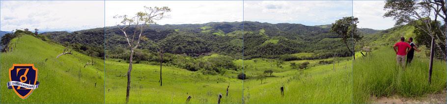 Hier eine Panoramaaussicht von der Einfahrt unseres Zufluchtsorts. Rechts im Bild zwei unserer 22 Mitarbeiter vor Ort.