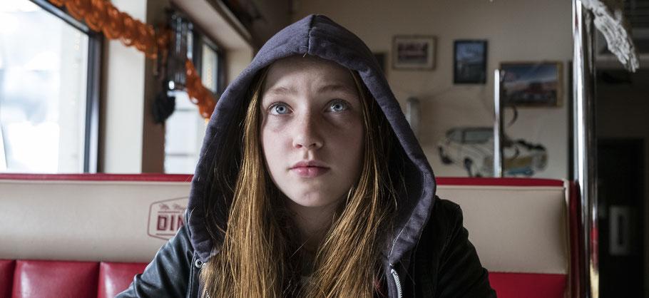 Sue (Ruby M. Lichtenberg) im Burgerschuppen