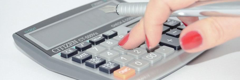 Ein Rechner wird von einer Damenhand bedient