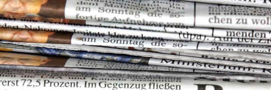 Ein Stapel von Tageszeitungen