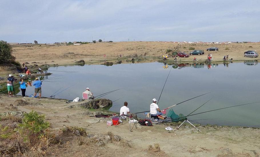 Concurso de pesca durante la Fiesta de la tenca de 2014 celebrada en Hinojal (Cáceres).