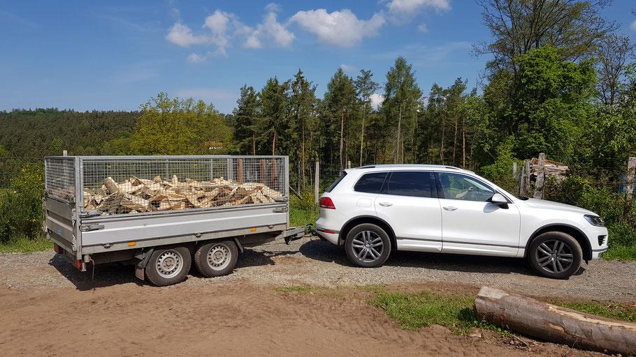 Auslieferung von 3 SRM Buchenbrennholz mit unserem Hapert 3 Seiten Kipper