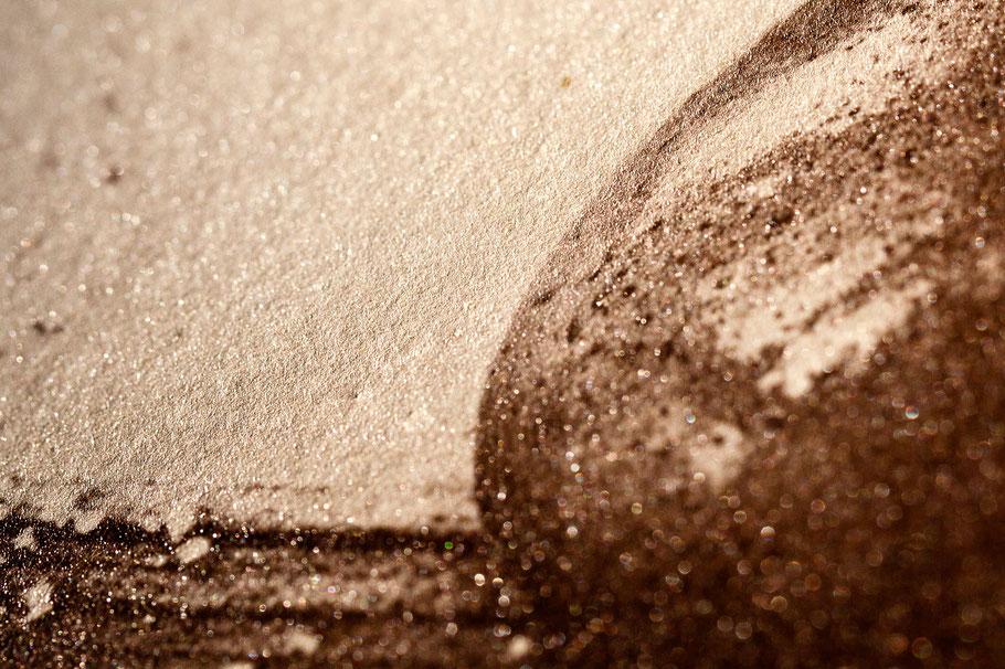 Le détail de la surface brillante d'un papier albuminé. Réalisé par contact à partir d'un négatif numérique. Aucun virage.