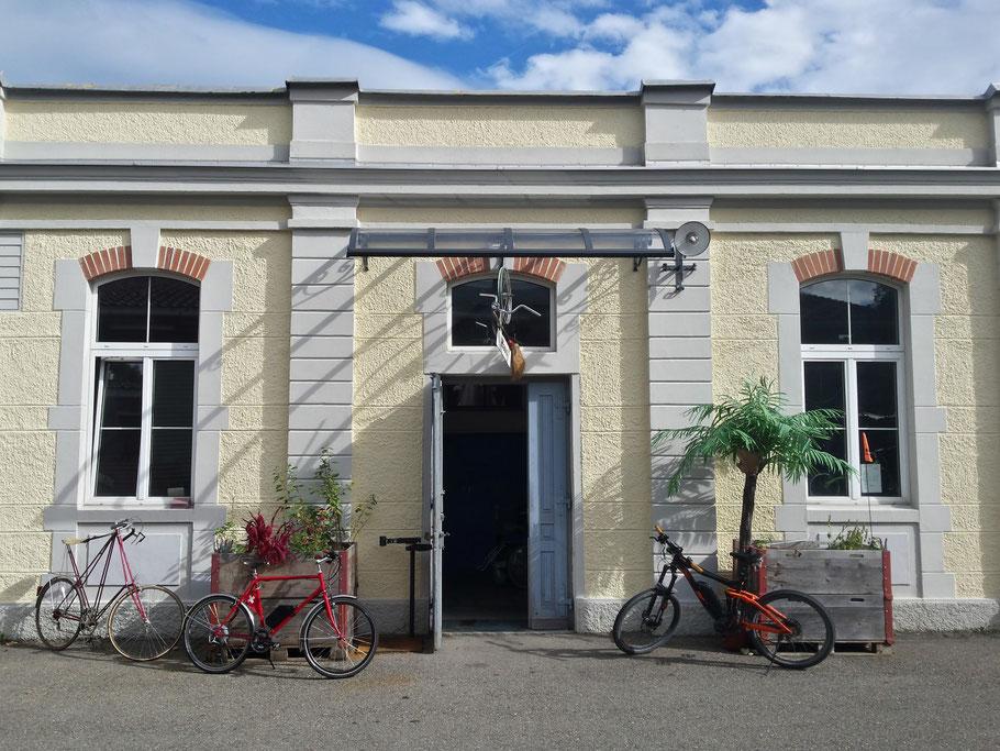 Eingang/Empfang/Werkstatt auf der Gebäudeseite links