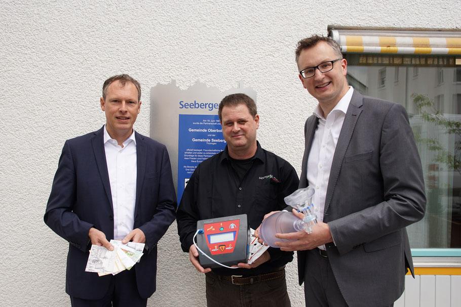 Übergabe des von uns gespendeten AED Defibrillators