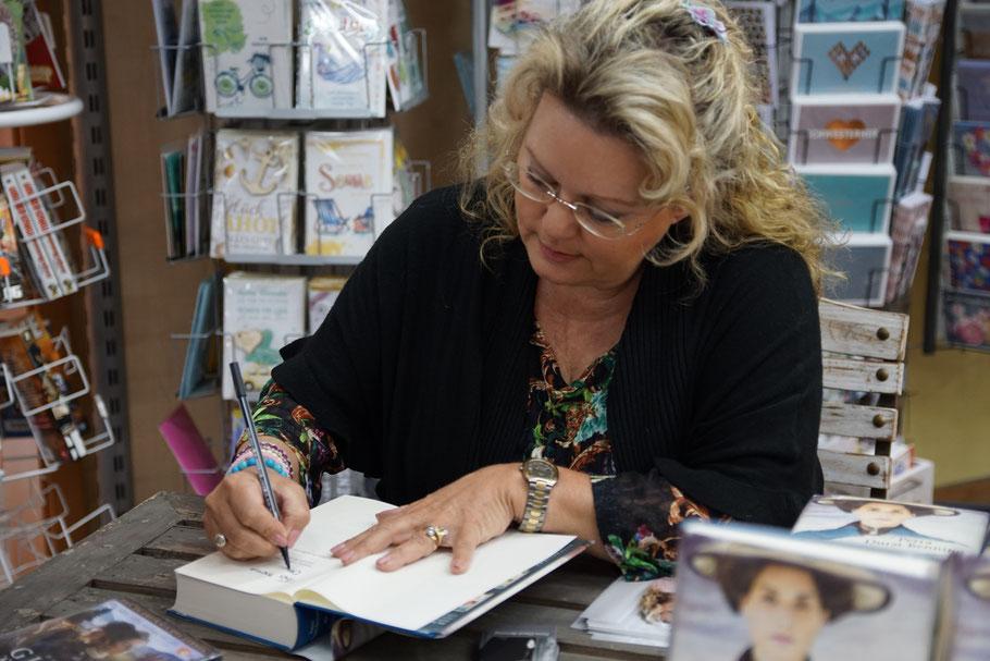 Autogrammstunde von Frau Petra Durst Benning zu ihrem neuen Roman Die Fotografin
