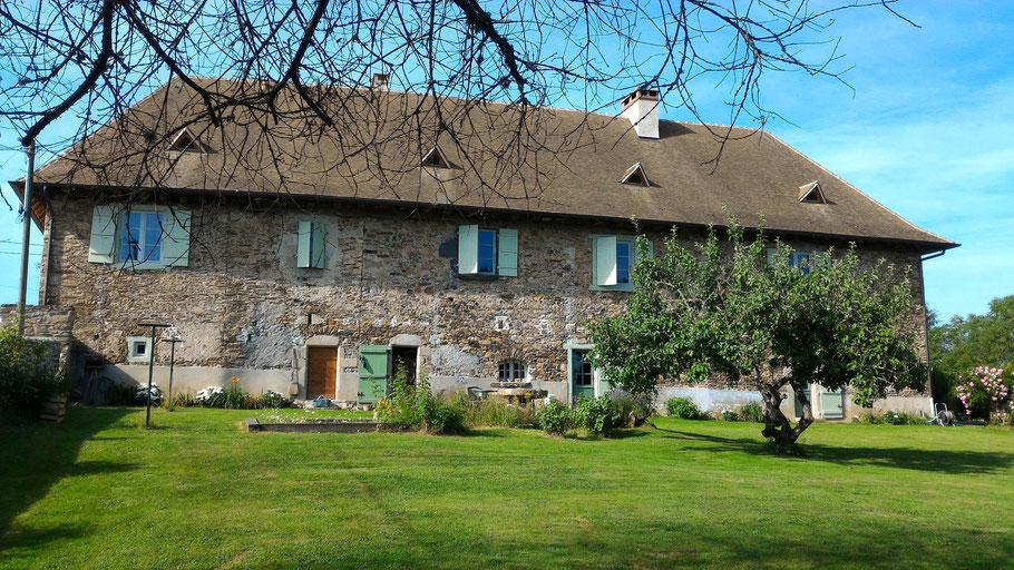 La chambre d'hôtes, la Breuilh, au 1er étage par un escalier à vis, peut accueillir 3 personnes.