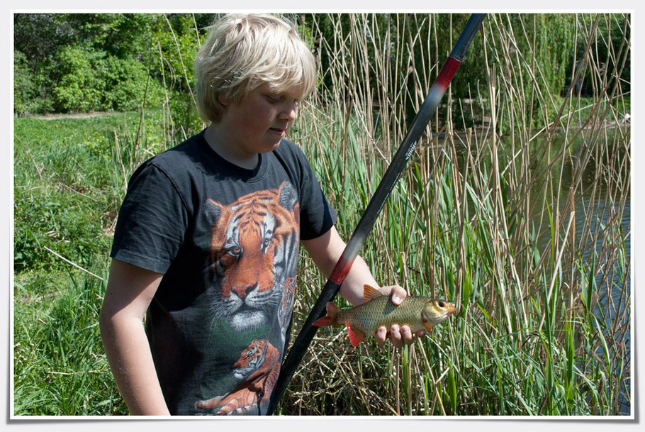 Das freut den jungen Angler.