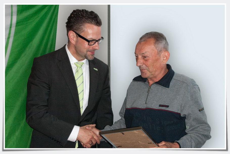 Heinz Böttcher nimmt den Glückwunsch des Bürgermeister entgegen
