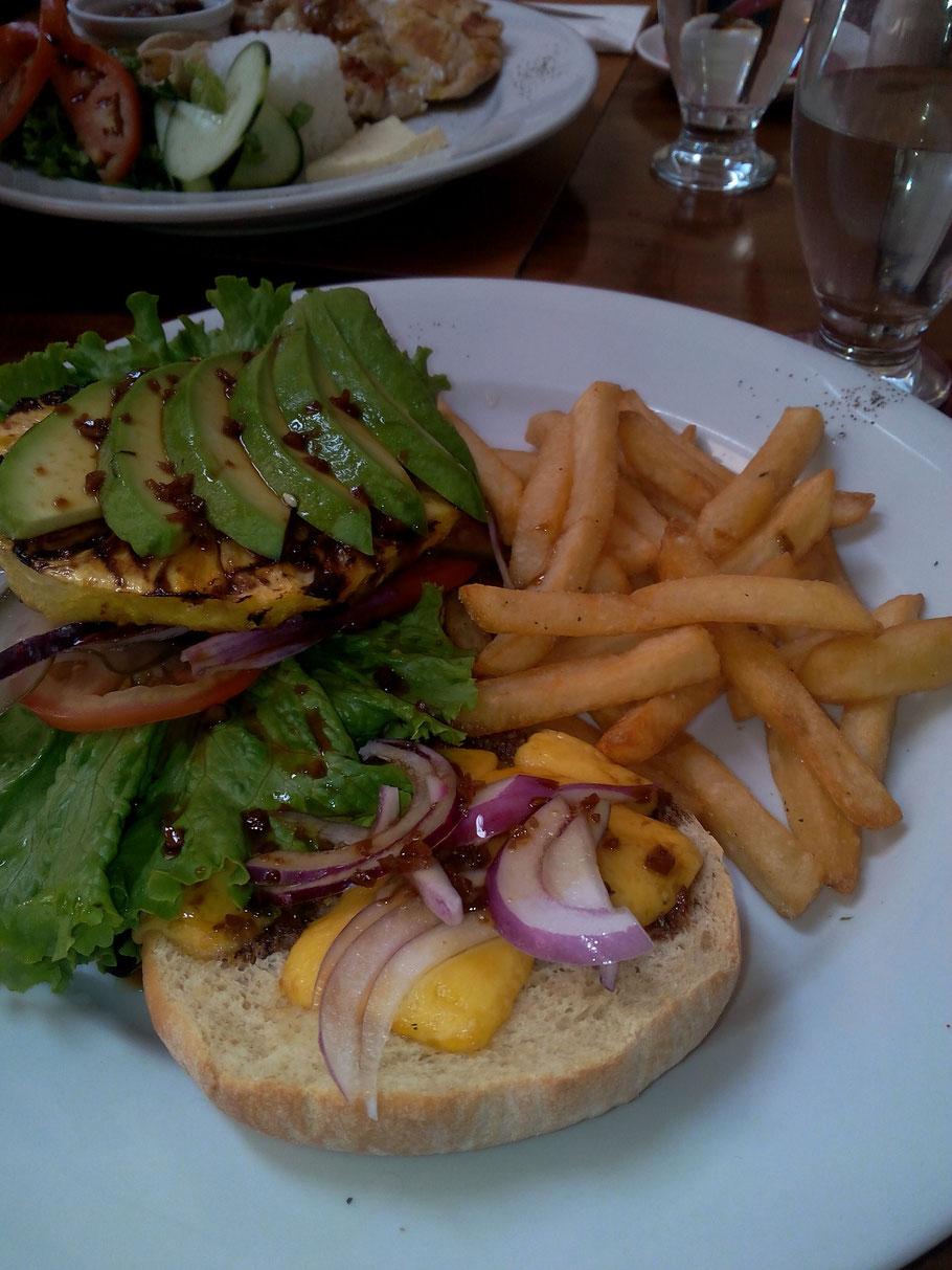 Burger vegé, Don Luis restaurant, Monteverde. COSTA RICA. missaventure blog