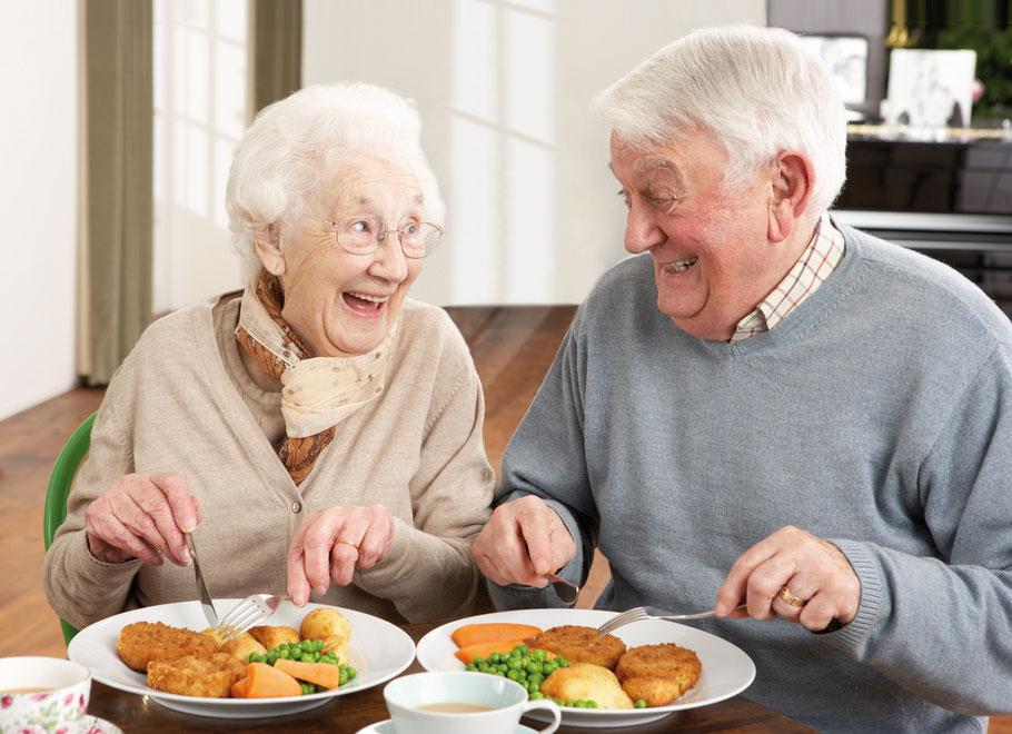 Glückliches Paar beim Essen