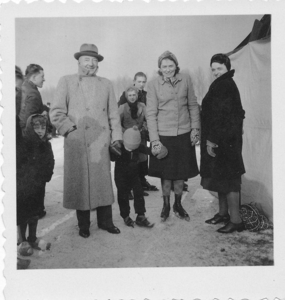Harry Dreesen derde van Links, uiterst rechts Oc (Octavie) Schulte - tussen 1940 en 1945 ?