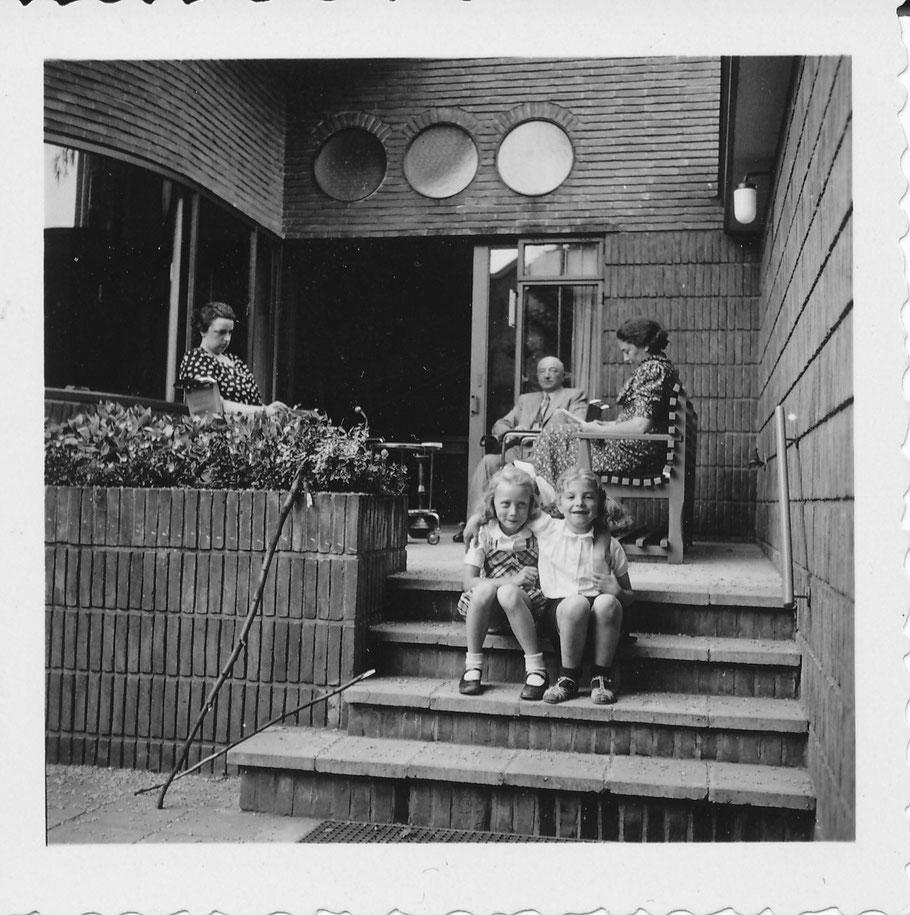 Juni 1940 op het terras van Veestraat 1, Helmond; links Oc (Octavie) Schulte, Harry Dreesen in het midden, onbekende vrouw, vooraan onbekende kinderen