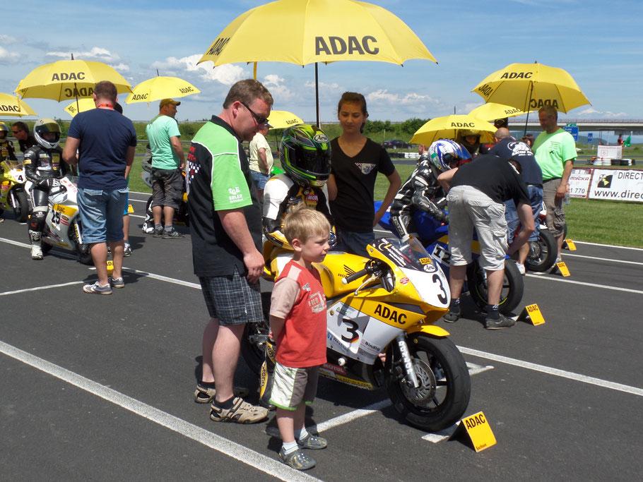 Mika Siebdrath drückt seinem Bruder beim ADAC Mini Bike Cup die Daumen