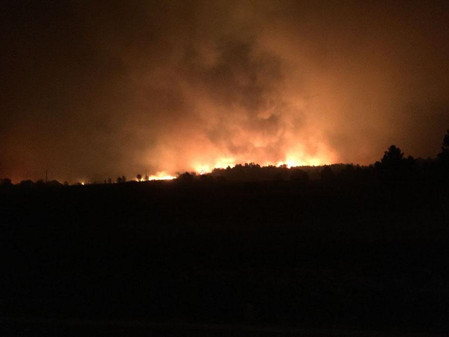Montag 16.10.17, Nachts ca. 03 Uhr. Wir sind in Sicherheit. Dort oben brennt unsere Quinta!