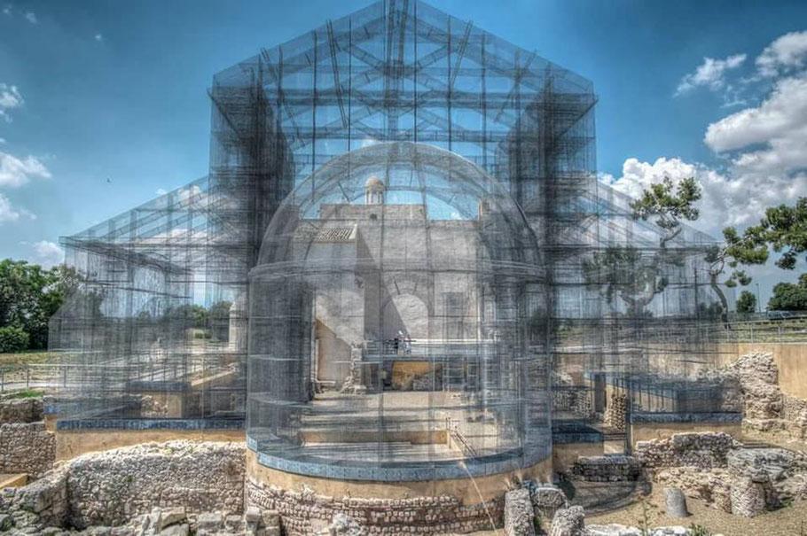 Visualisierte ursprüngliche Gestalt der frühchristlichen Basilika von Siponto (Apulien) mit Hilfe eines Stahlgeflechts durch den italienischen Architekten Edoardo Tresoldi (Foto Archiv Prof. Dr. Diamantis Panagiotopoulos)
