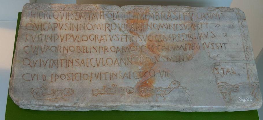 Grabinschrift in Hexametern für den stellvertretenden Grafen Hloderic (501–700 n. Chr./Trier/Foto: Joachim Maas))