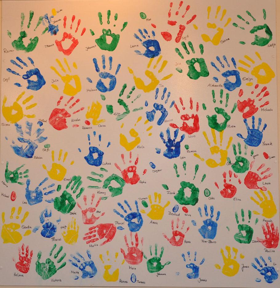 Einige Handabdrücke der ehemaligen Kindergartenkinder