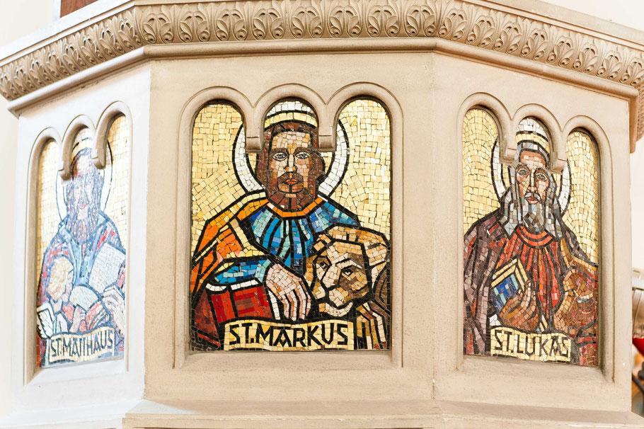 Die Bildnisse der vier Evangelisten auf der Kanzel