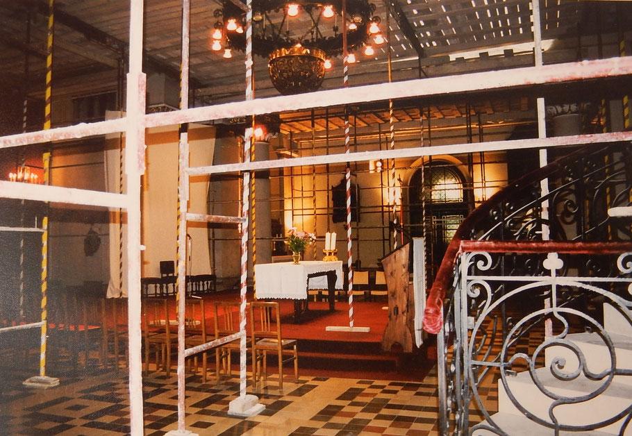 Die komplett eingerüstete St.-Anna-Kirche mit liebevoll umwickelten Gerüststangen