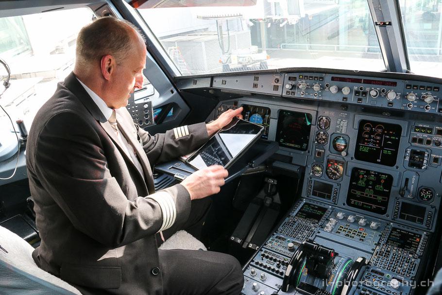 Captain Martin Stotzer im Cockpit des Airbus A321 bei den letzten Flugvorbereitungen.
