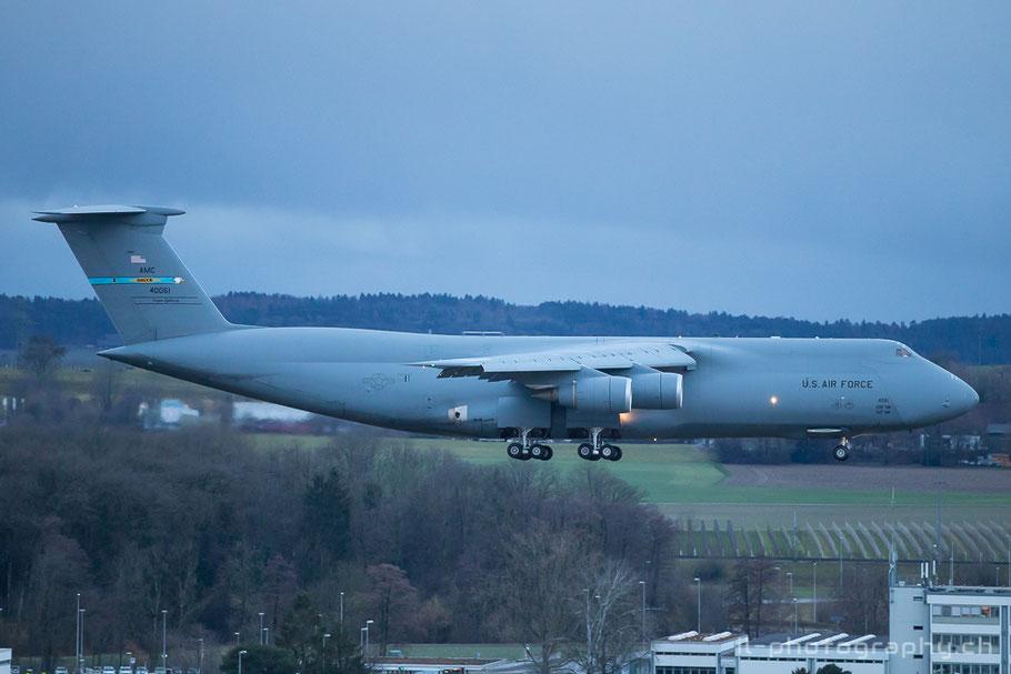 Eine Lockheed C-5 Galaxy der US Air Force im Anflug auf den Flughafen Zürich.