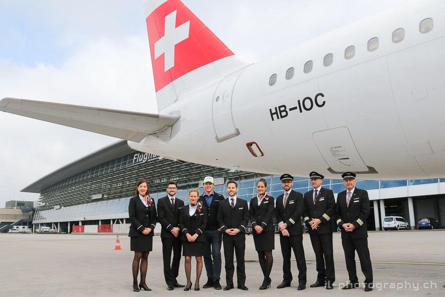 Die Crew zusammen mit Niels Hintermann kurz vor dem Abflug für das Display über St.Moritz.