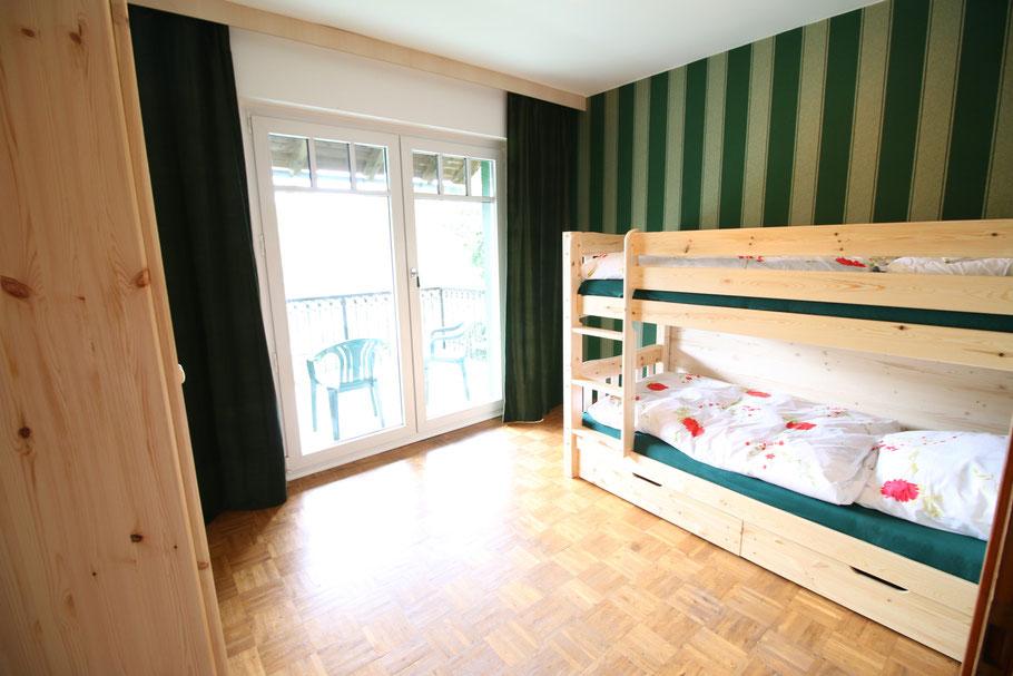 12m2 Schlafzimmer mit Etagenbetten für zwei Personen und Zugang zum Balkon.