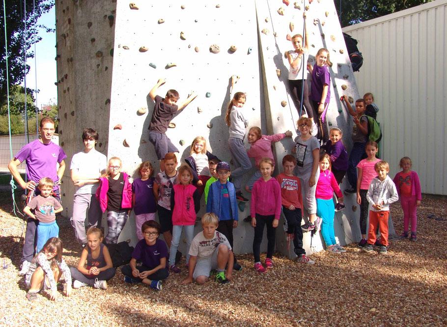 A peine la nouvelle saison commencée, 30 jeunes grimpeurs se sont retrouvés chez nos voisins cafistes à la Chapelle du Bois (24 Sept 2016) en cherchant bien vous apercevrez Sophie !