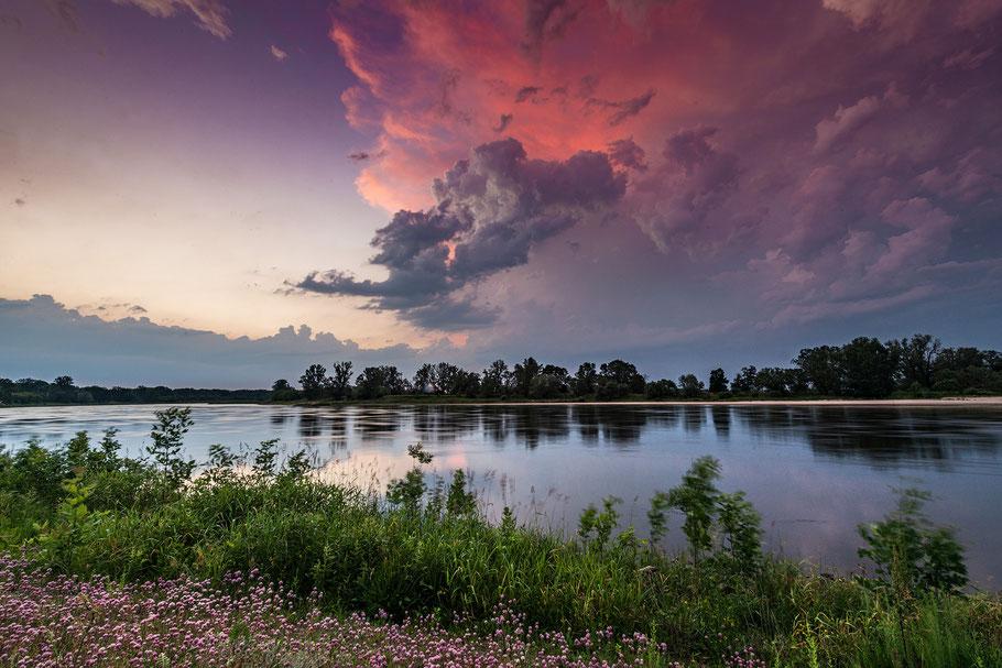 Aufziehendes Gewitter bei Abendrot über der Elbe
