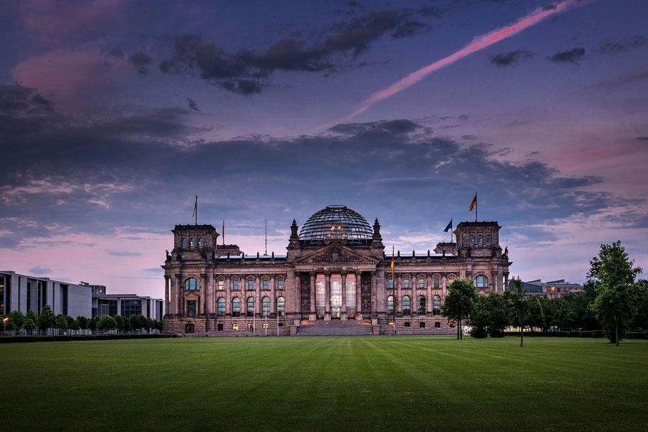 Reichstagsgebäude Berlin am Abend