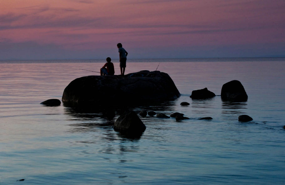 Angelnde Kinder am Meer, Ostsee