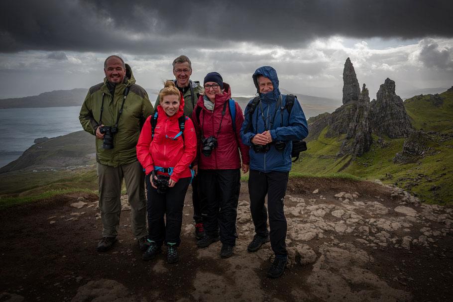 Die Teilnehmer der Fotoreise nach erfolgreicher Gipfelbesteigung (ca. 650 m) - im Hintergrund der Old Man of Storr