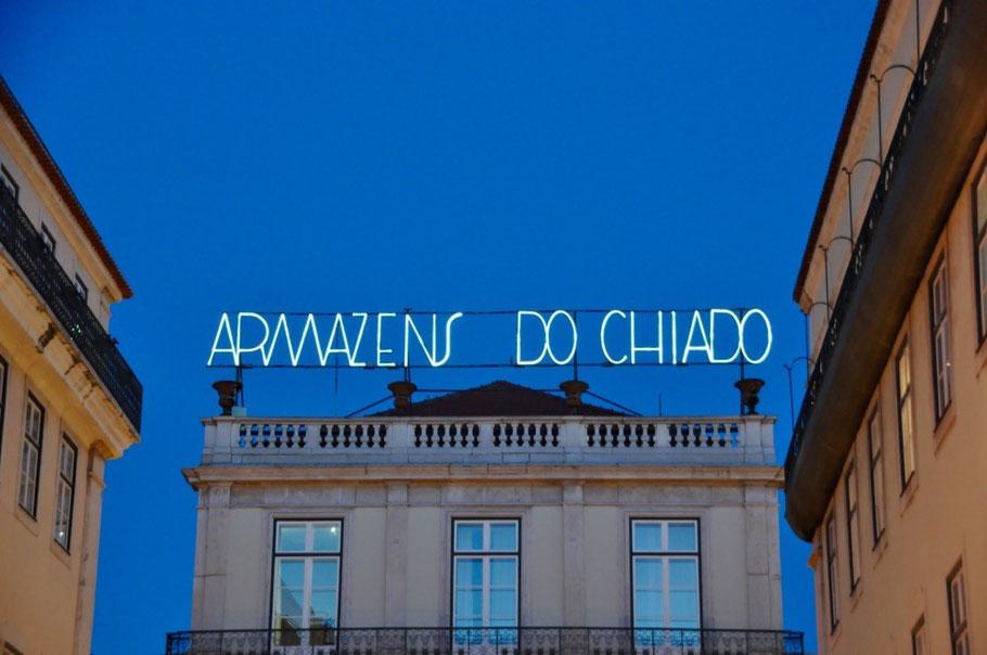 Stilvolle Leuchtschrift auf historischem Gebäude