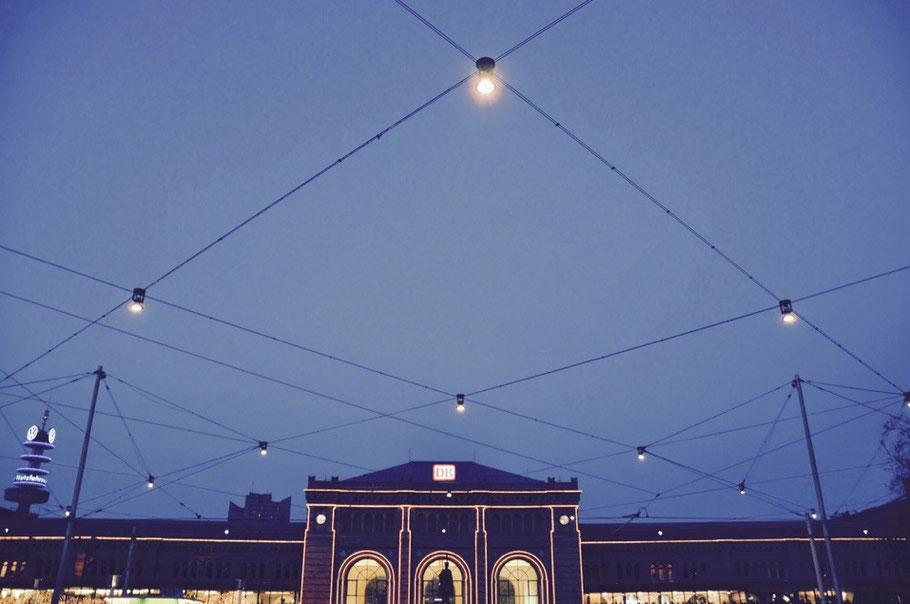 Ein Netz aus Glühbirnen überspannt den Vorplatz des Hauptbahnhofs Hannover