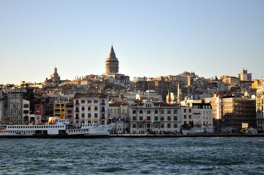 Blick auf den Galataturm vom Bosporus