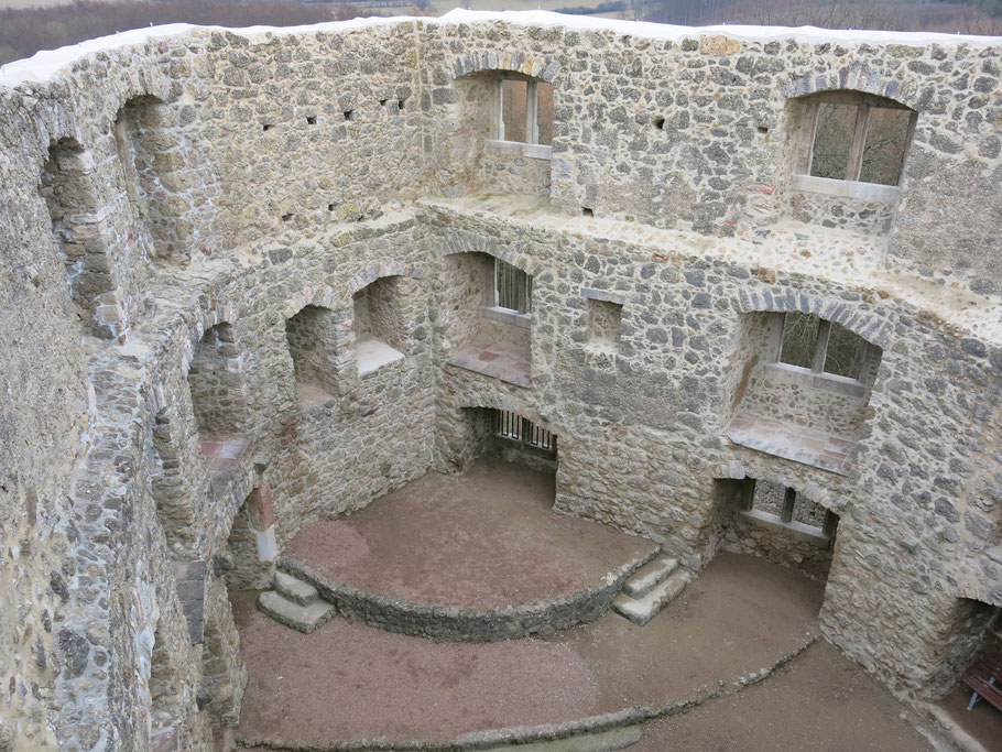 Das Gemäuer der Burgruine mit Fenstern und Treppen.
