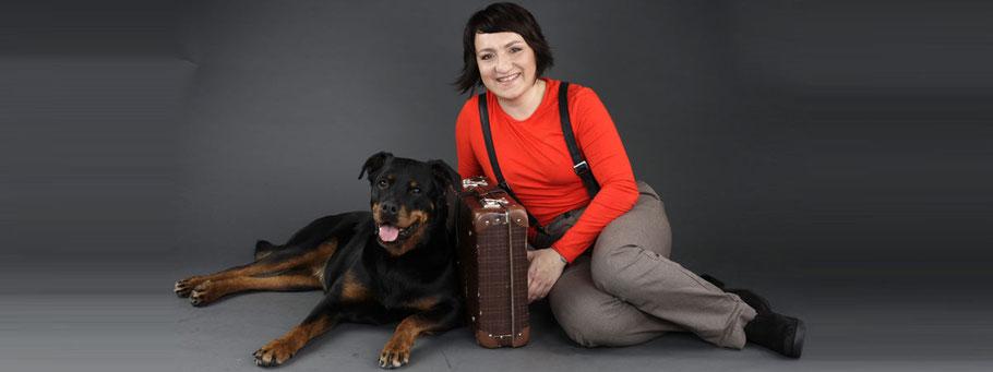 Die Eigentümerin von UNIQUE DOG, Kinga Rybinska mit ihrer Hündin Shila