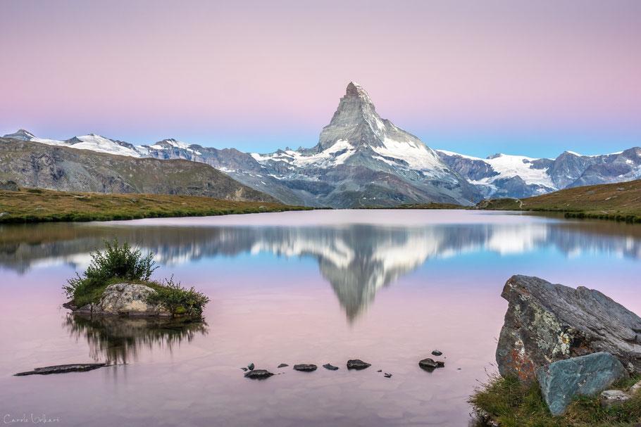 Pastellfarbene Morgendämmerung am Stellisee bei Zermatt mit Spiegelung des Matterhorns im Stellisee, Wallis