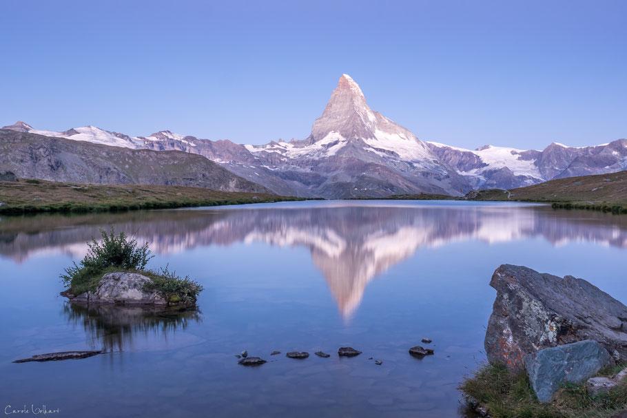 Ungefähr eine halbe Stunde vor Sonnenaufgang am Stellisee mit Spiegelung des Matterhorns im Stellisee, Wallis