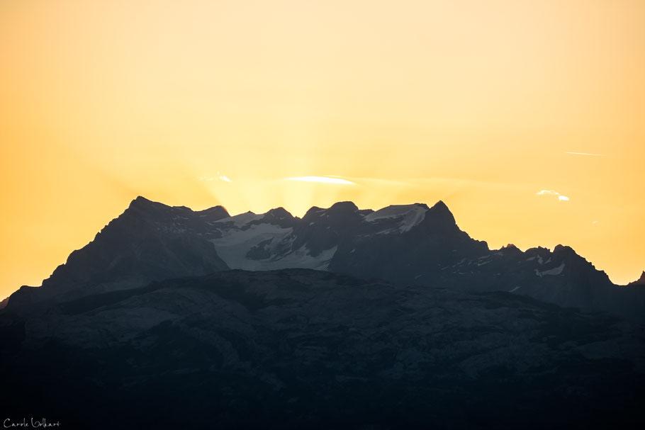 Die ersten Sonnenstrahlen hinter den Bergen, Fronalpstock