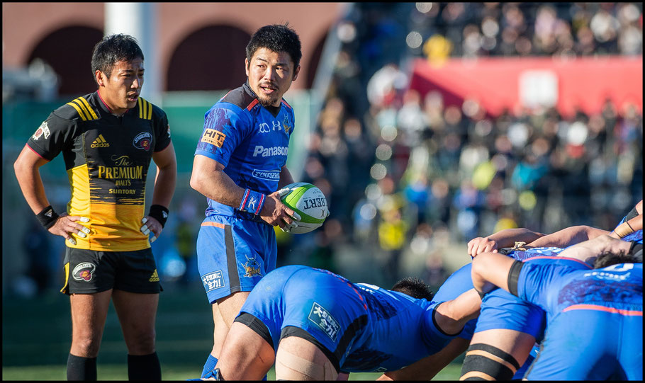 Sunwolves's scrum-halves Nagare and Tanaka in action in the Top League