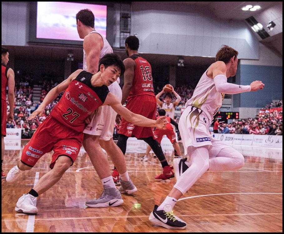 Levanga Hokkaido's Takehiko Orimo breaks away from Chiba Jets' Kosuke Ishii — Chris Pfaff, Inside Sport: Japan, March 26, 2017
