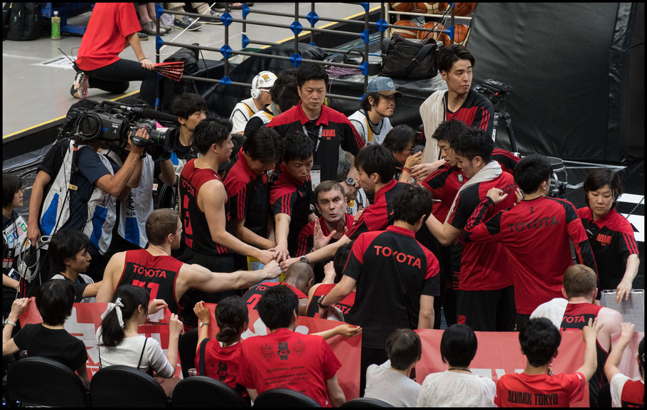 Alvark Tokyo's coach Luka Pavicevic talks to his team- Chris Pfaff, Inside Sport: Japan, May 26, 2018
