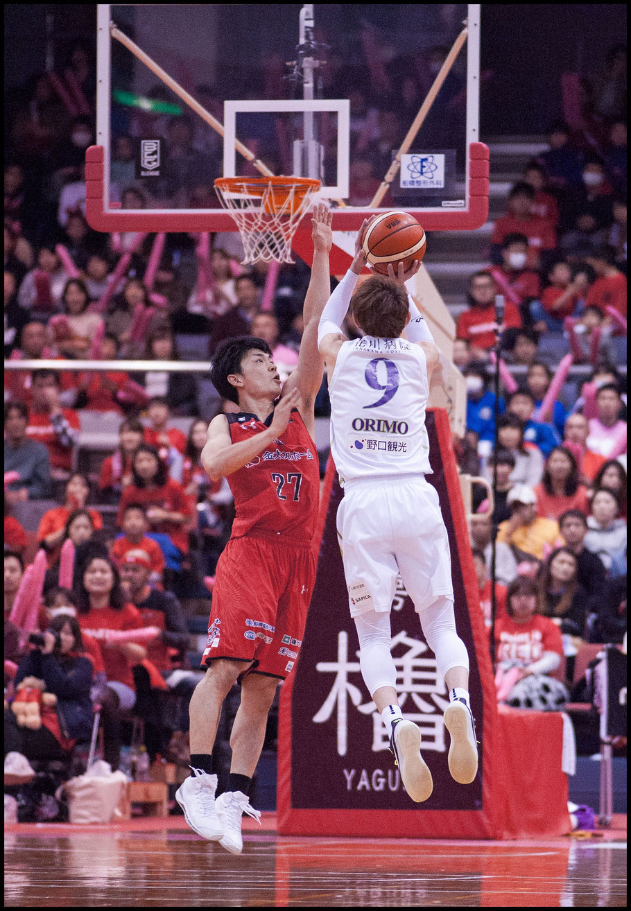Levanga Hokkaido's Takehiko Orimo scores over Chiba Jets' Kosuke Ishii — Chris Pfaff, Inside Sport: Japan, March 26, 2017